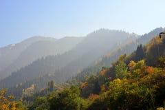 Berglandskap i Almaty, stor sjö royaltyfri foto