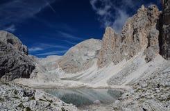 Berglandskap i dolomitesna Arkivbild