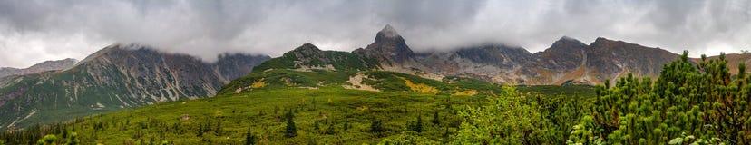Berglandskap i en molnig dag Arkivbilder