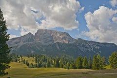 Berglandskap i en solig dag av sommar, Dolomites, Italien Royaltyfri Bild
