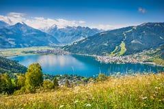 Berglandskap i fjällängarna med Zeller sjön i Zel Royaltyfri Fotografi