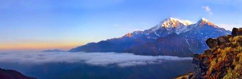 Berglandskap i Himalaya ovanför oklarheter södra annapurnamaximum Arkivfoto
