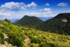 Berglandskap i molnig sommardag Arkivbild