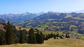 Berglandskap i solig dag royaltyfria foton
