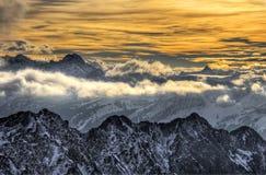 Berglandskap i solnedgång Arkivfoton
