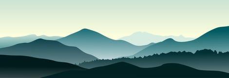 Berglandskap i sommarmorgonen Arkivfoto