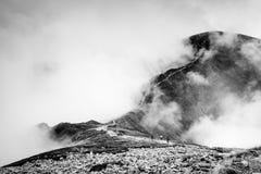 Berglandskap i svartvita röda maxima i Tatra royaltyfri bild