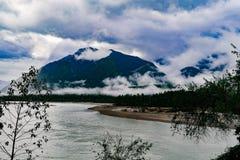 Berglandskap i väg för xizangturismdrev Arkivbild