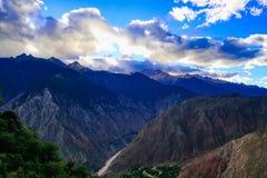 Berglandskap i väg för xizangturismdrev Arkivfoto