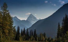 Berglandskap, kanadensiska steniga berg Royaltyfri Foto