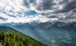 Berglandskap, kanadensiska steniga berg Arkivbilder