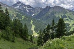 Berglandskap längs vägen till den Colle dellen 'Assietta arkivbild