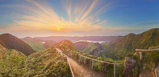 Berglandskap med att fotvandra slingan och sikten av härliga sjöar, Ponta Delgada, Sao Miguel Island, Azores, Portugal royaltyfria foton