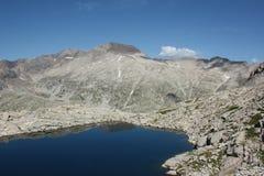 Berglandskap med den djupblå sjön i spanska Pyrenees royaltyfri bild