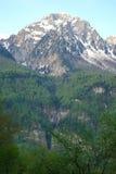 Berglandskap med den färgrika skogen och höga snö-korkade maxima av den härliga fantastiska dagen för Kaukasus berg Arkivbilder