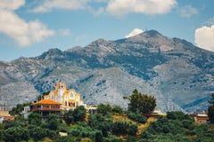 Berglandskap med den lilla kyrkan på Kreta Arkivfoton