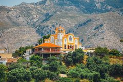 Berglandskap med den lilla kyrkan på Kreta Arkivbild