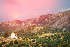 Berglandskap med den lilla kyrkan på Kreta Royaltyfri Fotografi