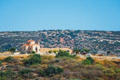 Berglandskap med den lilla kyrkan på Kreta Royaltyfri Bild