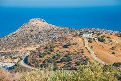 Berglandskap med den lilla kyrkan på Kreta Arkivfoto