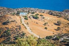 Berglandskap med den lilla kyrkan på Kreta Royaltyfria Foton