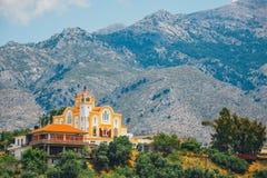Berglandskap med den lilla kyrkan på Kreta, Grekland Arkivbilder