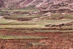 Berglandskap med den Quechua bosättningen Arkivbild