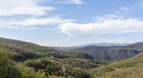 berglandskap med effekten av suddighet i bakgrunden royaltyfria bilder