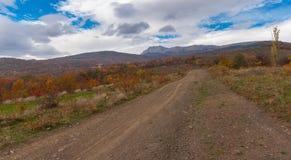 Berglandskap med en jordväg nära den Alushta staden på nedgångsäsongen, Crimean halvö Arkivbilder
