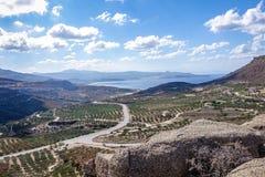 Berglandskap med en väg över berget Royaltyfria Bilder