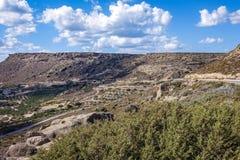 Berglandskap med en väg över berget Royaltyfri Foto