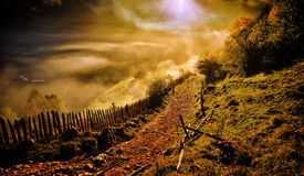 Berglandskap med höstmorgondimma på soluppgång - Fundatur Arkivfoton