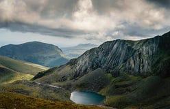 Berglandskap med hisnande sikt och en sjö fotografering för bildbyråer