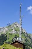 Berglandskap med kommunikationsantennen över Engelberg Arkivbild
