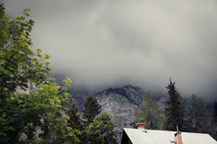Berglandskap med mörka moln Arkivbild