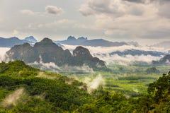 Berglandskap med mist royaltyfria foton