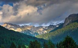 Berglandskap med molnig himmel, Dolomites, Italien Royaltyfria Bilder