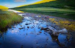 Berglandskap med sjön Arkivbilder