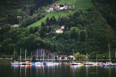 Berglandskap med sjön och fartyg Arkivfoton