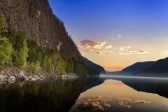 Berglandskap med soluppgången och floden Fotografering för Bildbyråer