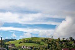Berglandskap med stormmoln Upptill av berget finns det en pelare av elektricitet royaltyfri fotografi