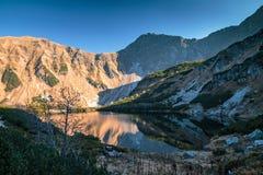 Berglandskap med tarn på hösten royaltyfria bilder