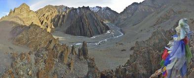 Berglandskap med tibetana be flagas arkivbilder