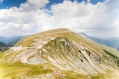 Berglandskap med vägen i bakgrund Royaltyfri Foto