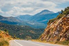 Berglandskap med vägen, Kreta, Grekland Arkivfoton