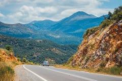 Berglandskap med vägen nära Heraklion Arkivfoto