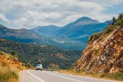 Berglandskap med vägen nära Heraklion, Kreta Royaltyfri Foto