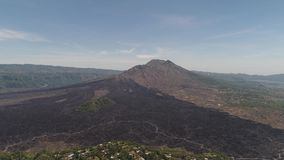 Berglandskap med vulkan Batur stock video