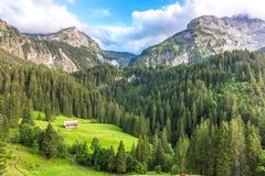 Berglandskap nära Gstaad, Schweiz fotografering för bildbyråer