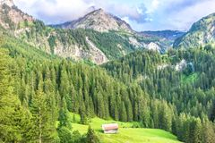 Berglandskap nära Gstaad, Schweiz Arkivfoto